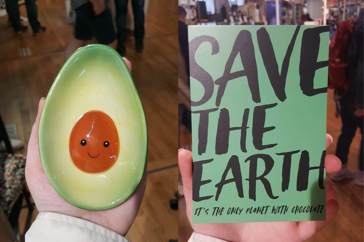 Eine Seifenschalte in Form einer Avocado und eine Postkarte mit dem Text 'Save the Earth'