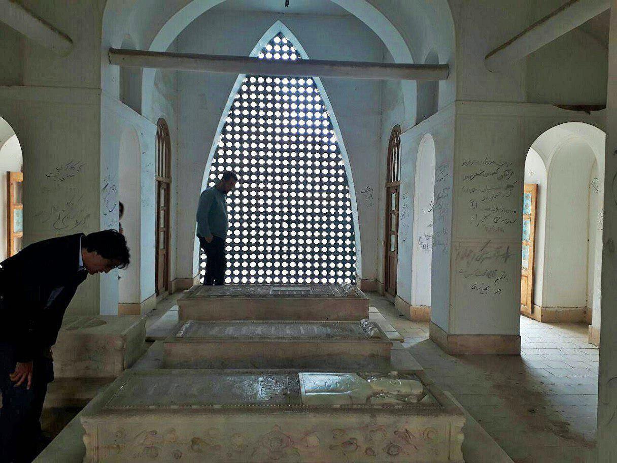 سنگی بر گور اصفهان