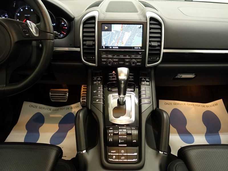 Porsche Cayenne 4.8 S 400pk Sport Chrono Tiptr Aut, Panoramadak, Leer, Camera, Black Edition afbeelding 3