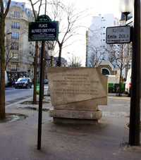 A monument for Emile Zola on Avenue Émile-Zola in the 15th arrondissement of Paris, France (© Martin Greslou, CC BY-SA 3.0)