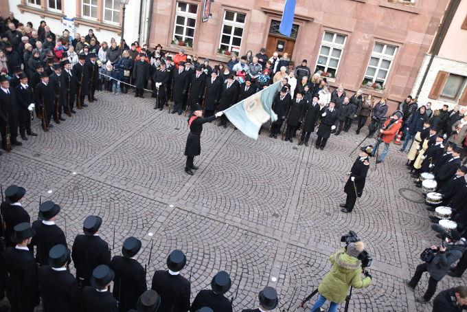 Der Höhepunkt des Festes: Fähnrich Thomas Hahmann beim Fahnenschwenken im Karree