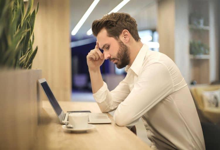 Mann vor Laptop