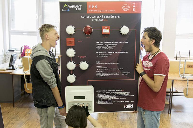 Žáci drží elektronické požární systémy