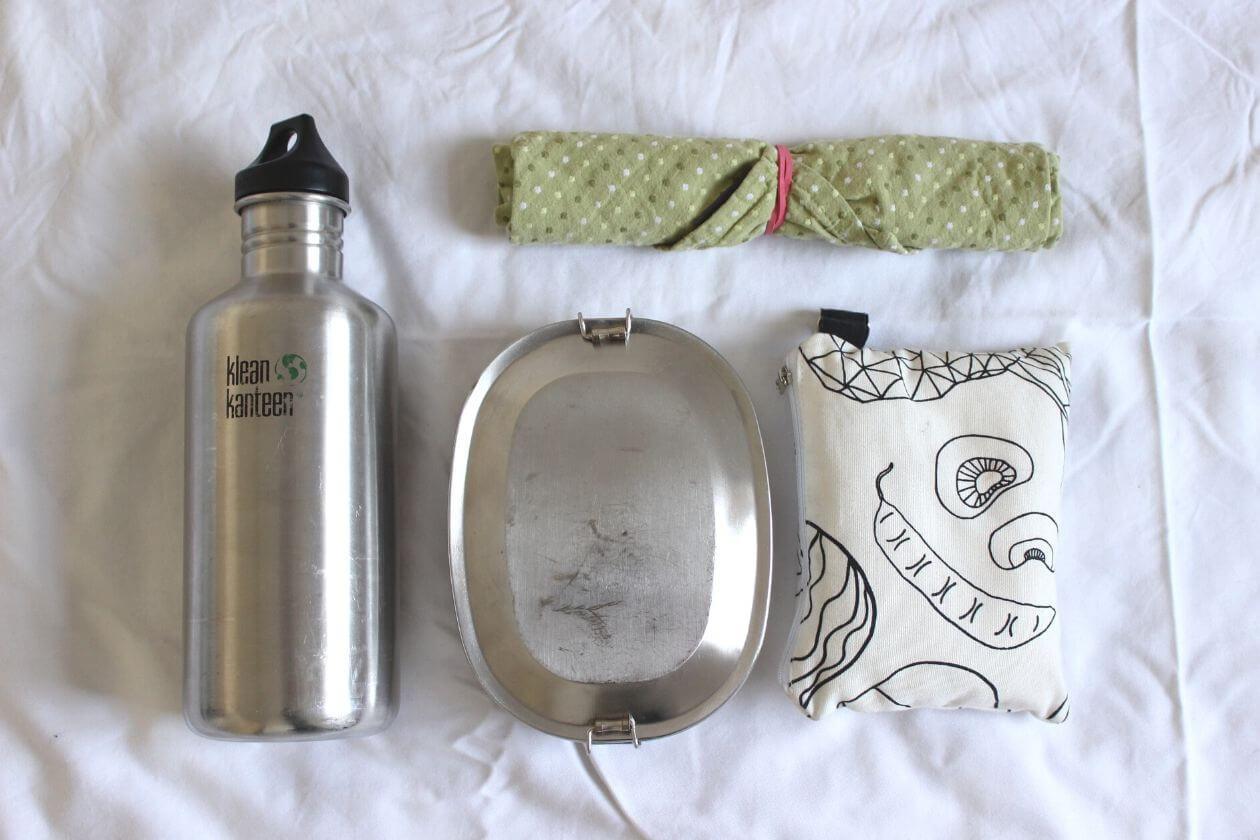 Meine Wasserflasche und Besteck für unterwegs sowie eine Dose und Einkaufsbeutel