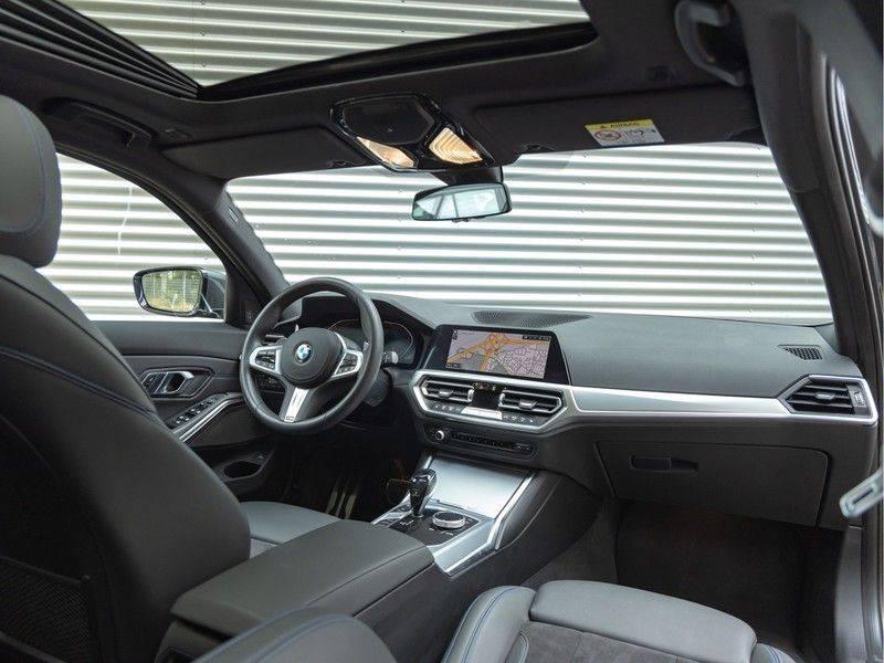 BMW 3 Serie Touring 330i M-Sport - Panorama - Trekhaak - Harman Kardon afbeelding 3