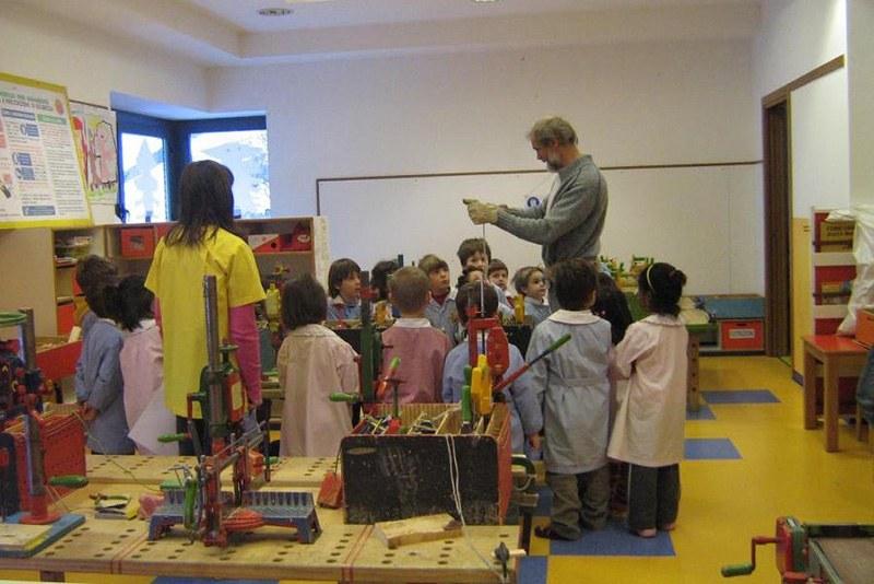 Gino Chabod durante un laboratorio di falegnameria per bambini