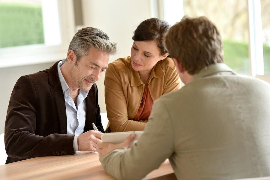 Pärchen im gehobenen Alter unterschreibt Hausverkaufs Vorvertrag