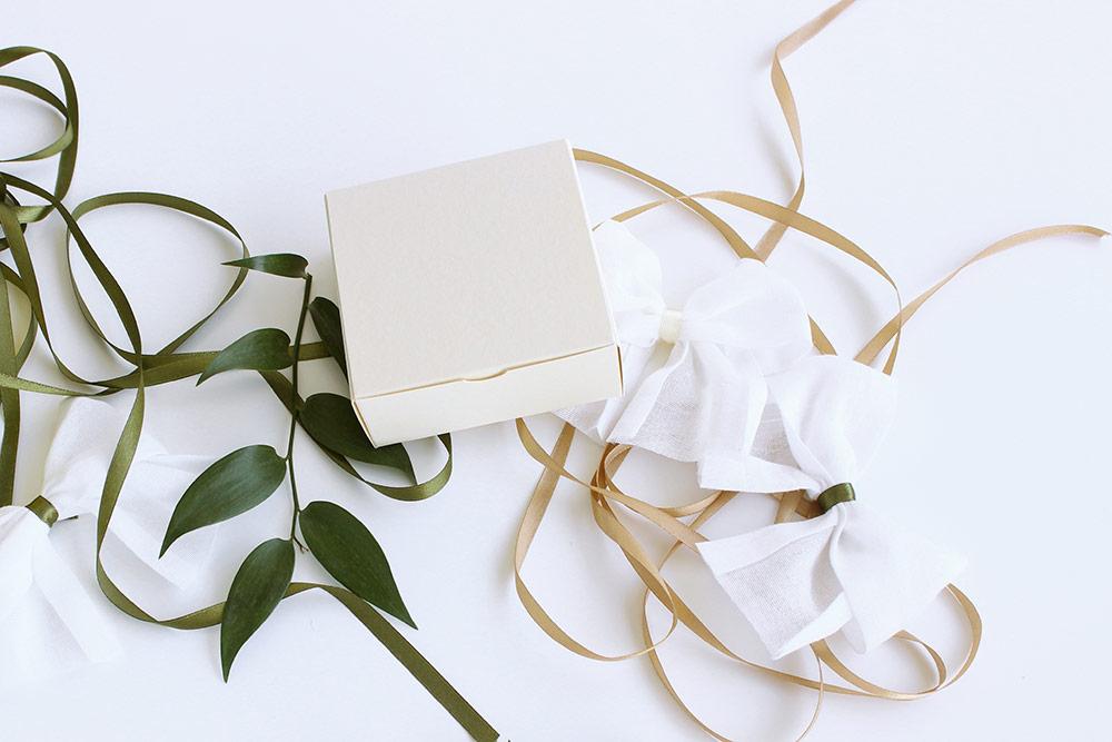 Malá papírová krabička na svatební cukroví