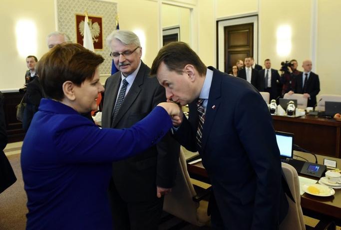 Ostentacyjna galanteria to element wyróżniający polskich polityków. <br> Fot. Damian Burzykowski Newspix