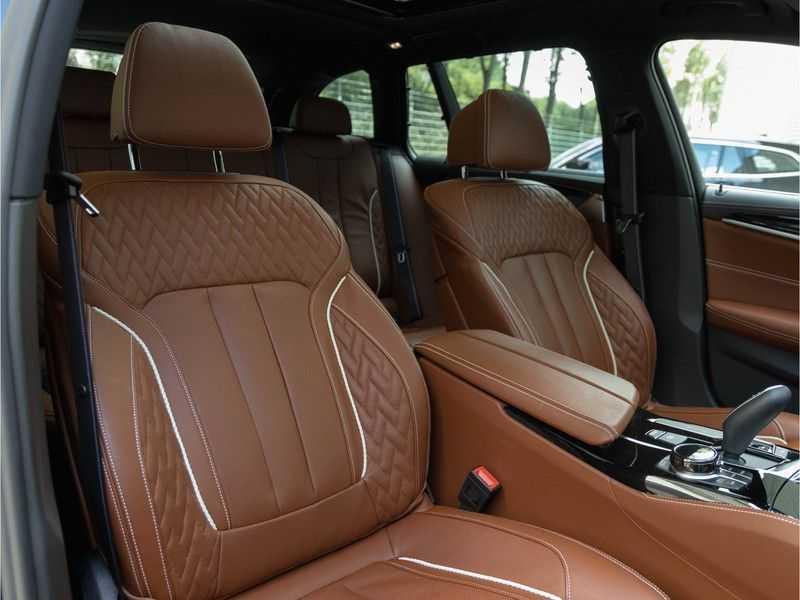 BMW 5 Serie Touring 530i xDrive M-Sport - Individual Leder - Trekhaak - Stoelventilatie afbeelding 13