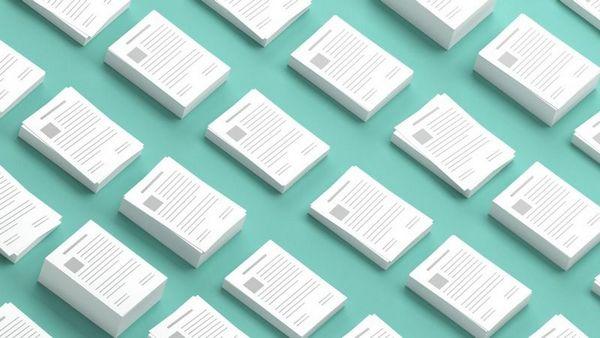 Eine Abbildung von vielen Dokumenten, die in mehreren Stapeln sortiert und angeordnet sind.