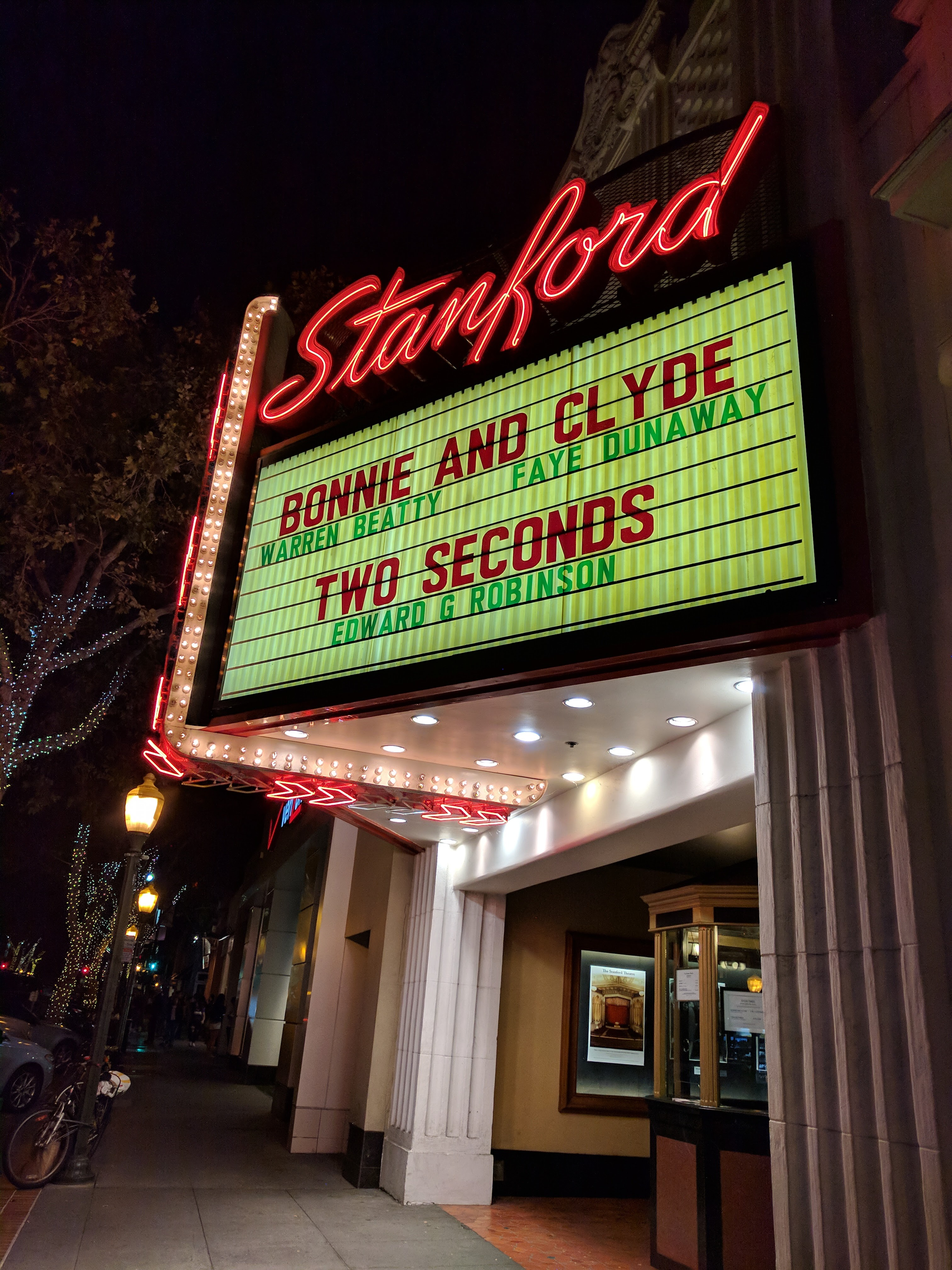 De entree van het Stanford Theatre in Palo Alto