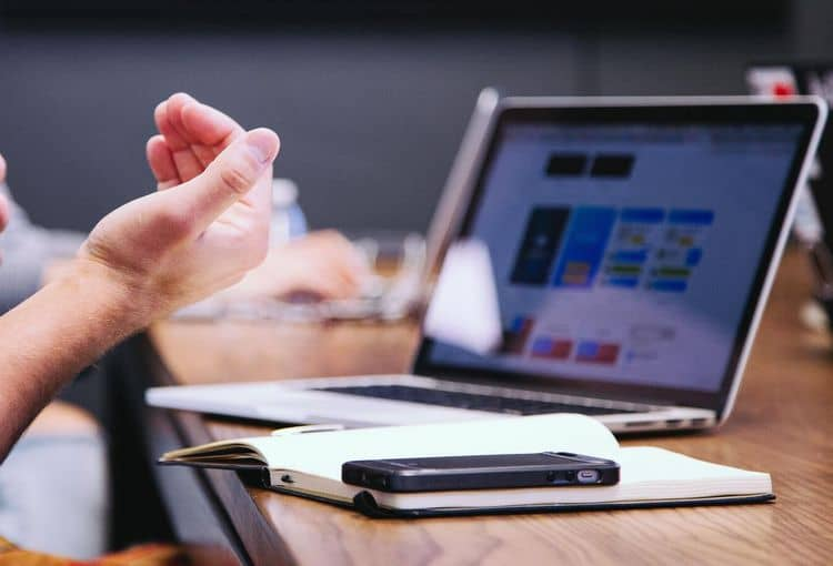 Trainer erklärt an Laptop während eines Workshops