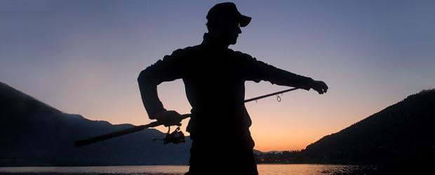 fishin frenzy merkur slot bild von angler auf bergsee im sonnenaufgang