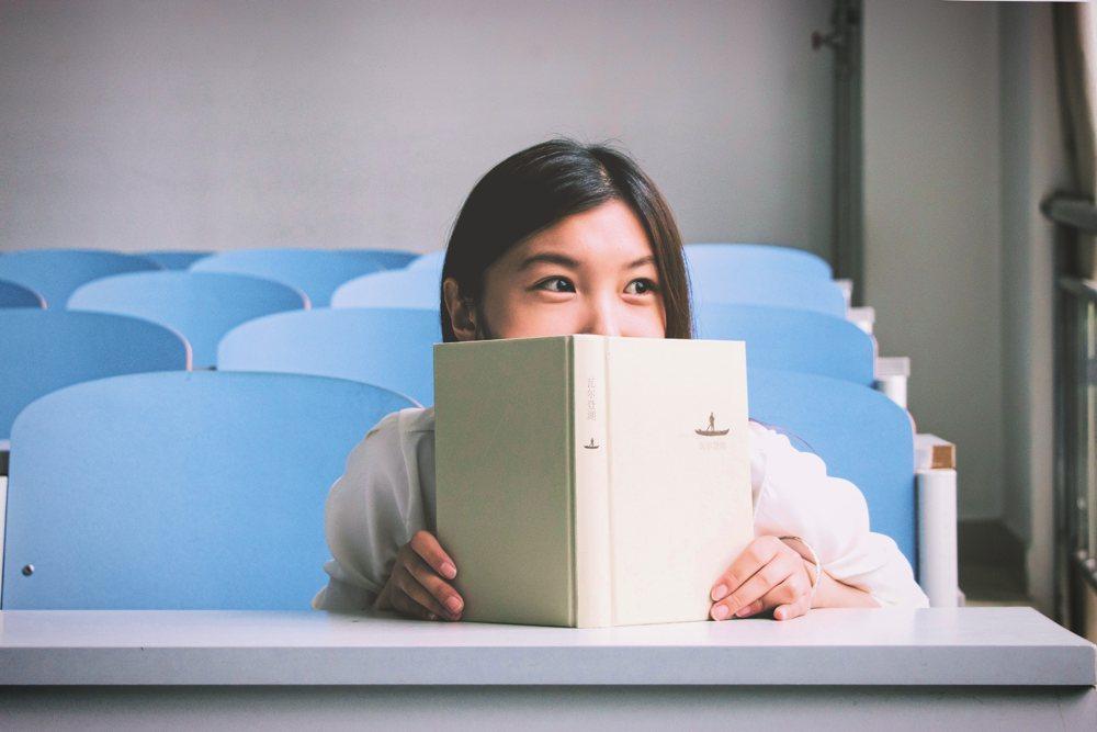 Een meisje zit in de klas