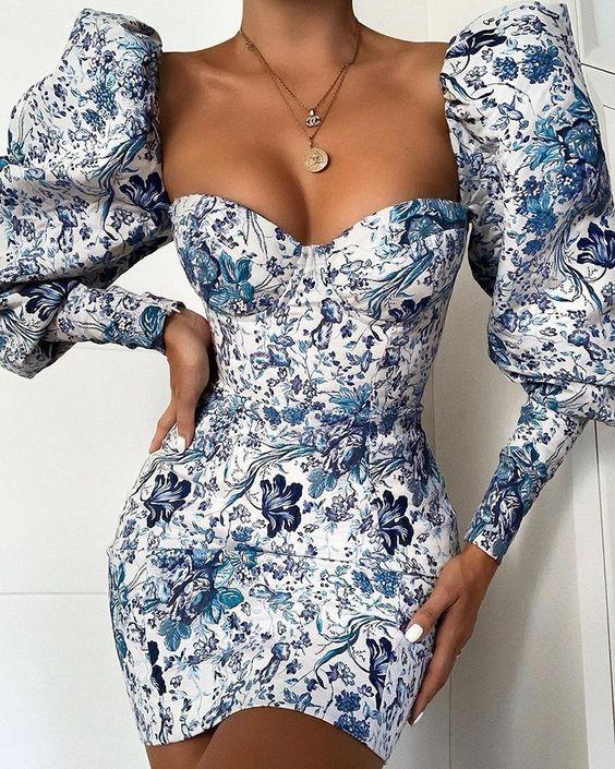 Robe courte blanche et bleue moulante à manches bouffantes