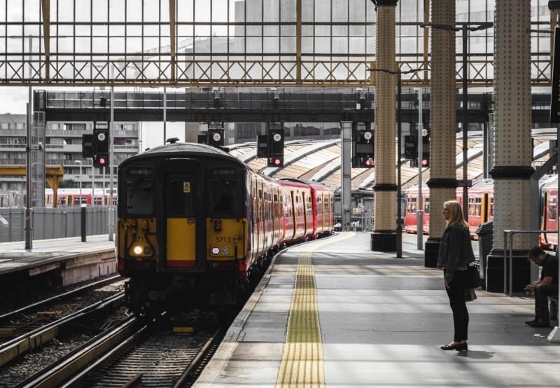 Пассажиры станции спешат посвоим делам, имдела нет достраданий семьи. Фото: Roman Fox / Unsplash