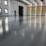 Pavimento in resina per grandi superfici realizzato all'interno di un capannone industriale.