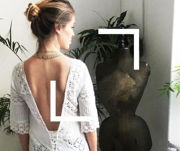 Une couturière fait une transformation de vêtement