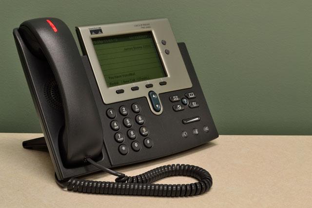VoIP-hardphones zijn fysieke telefoons; kastjes die u op uw bureau kunt zetten.