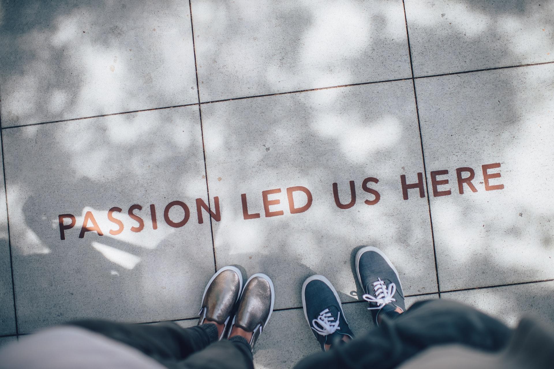 'Passion led us here' escrito no chão