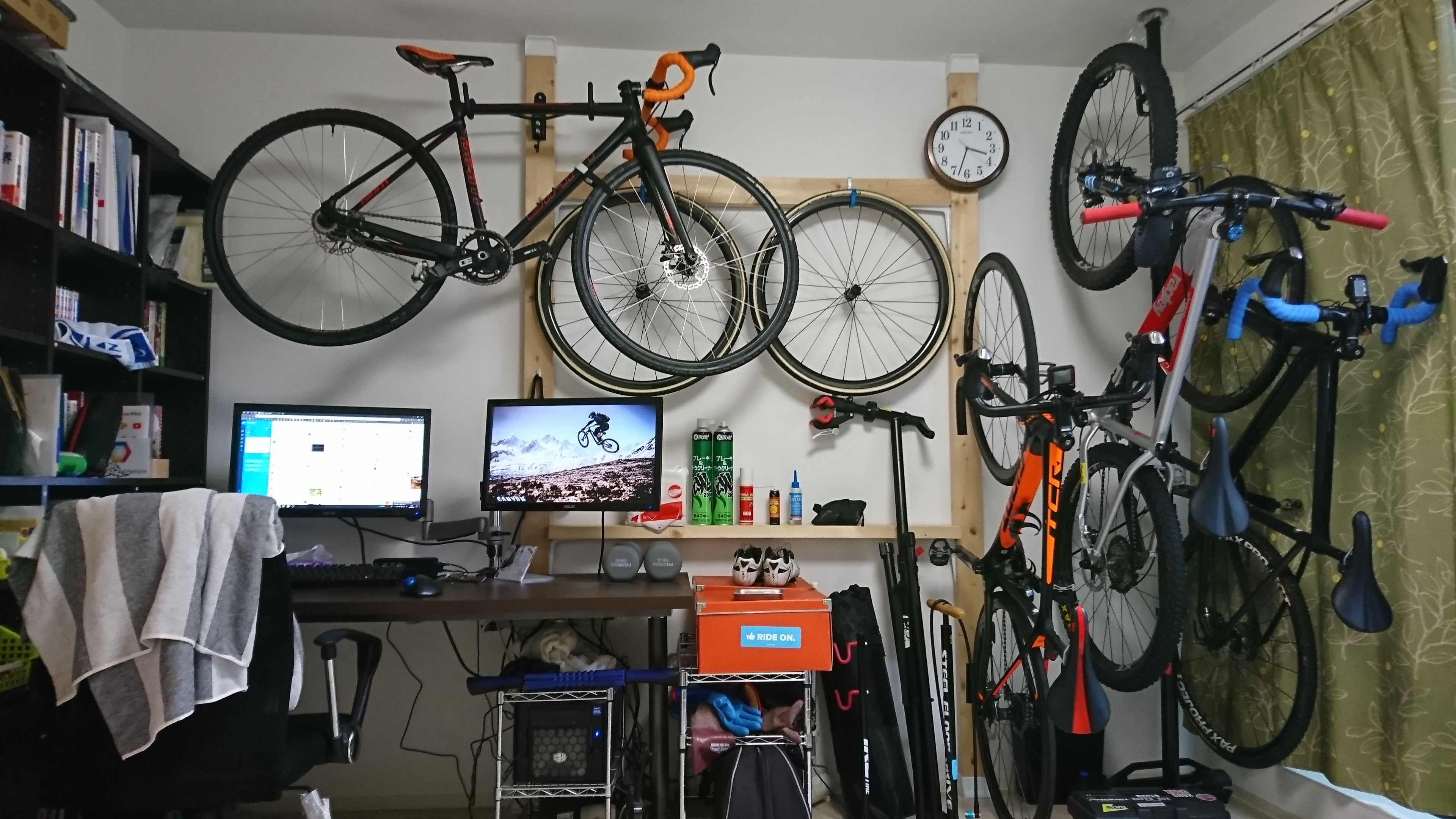 2x4材で自転車用品を省スペース収納