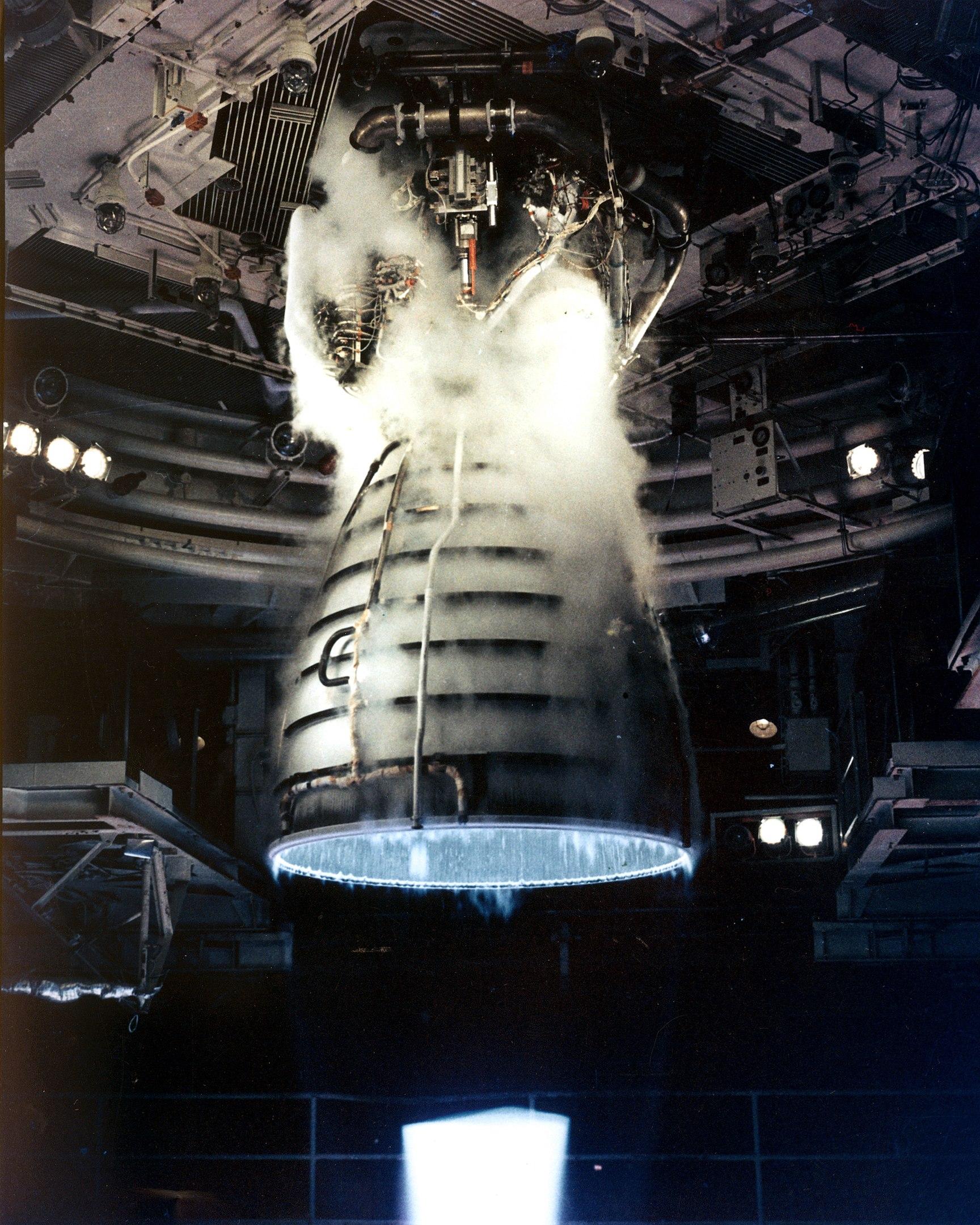 Imaginea 1: Test al unui motor RS-25, realizat în 1981 (sursa foto: NASA)