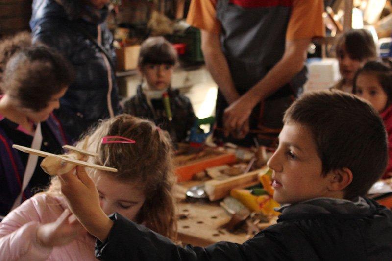 bambini che giocano con giocattoli di legno