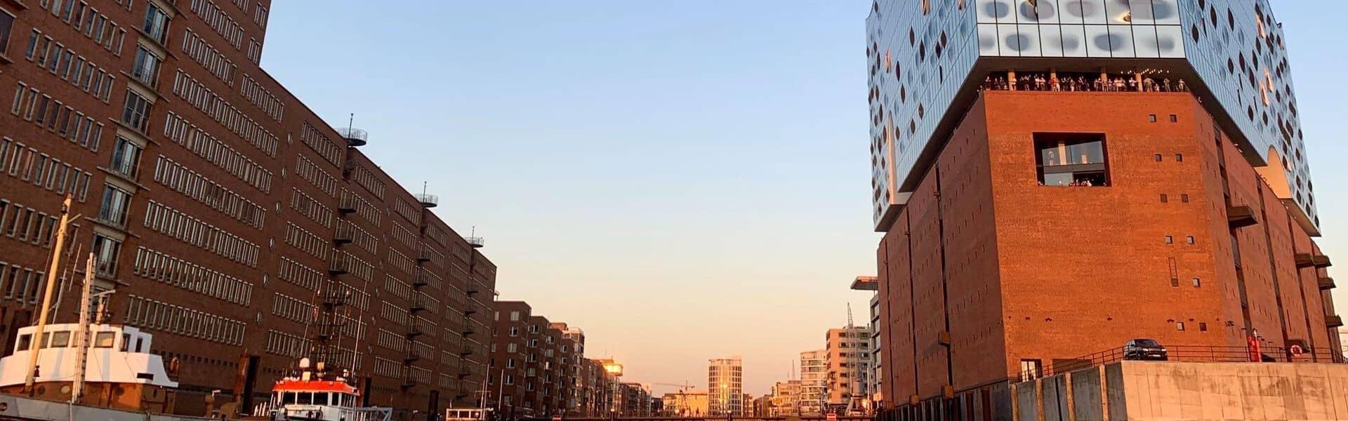 Elbphilharmonie im Hamburger Hafen mit blauem Himmel