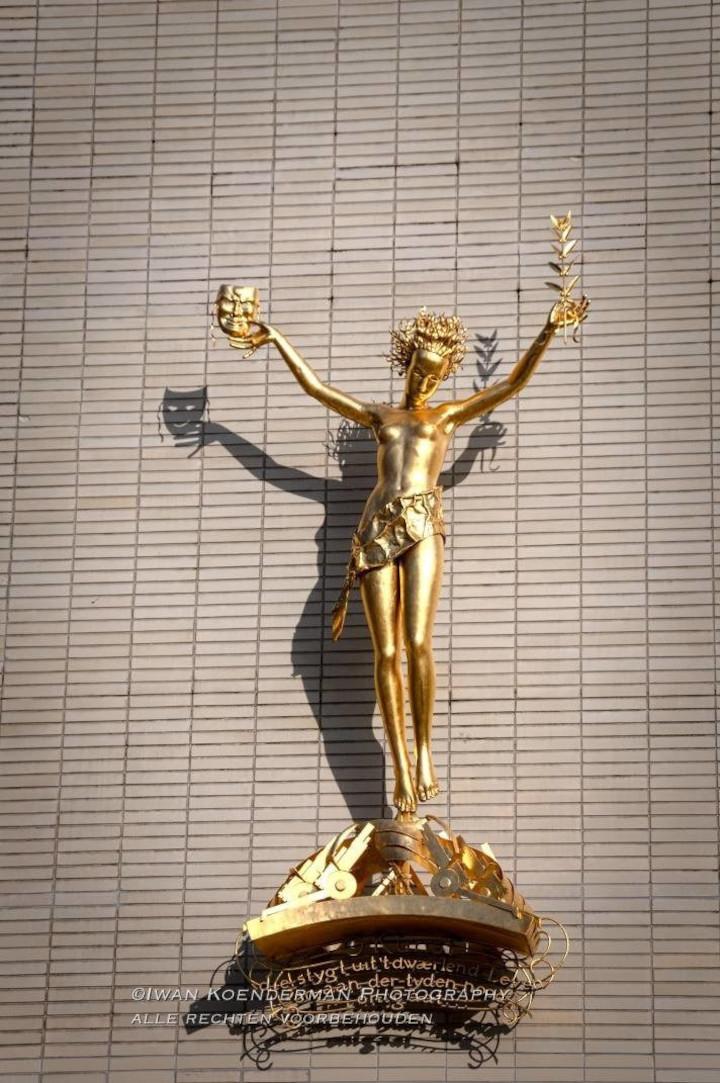 Foto van het gouden beeld dat aan de Schouwburg in Utrecht hangt | advies en ondersteuning in social selling aan mkb