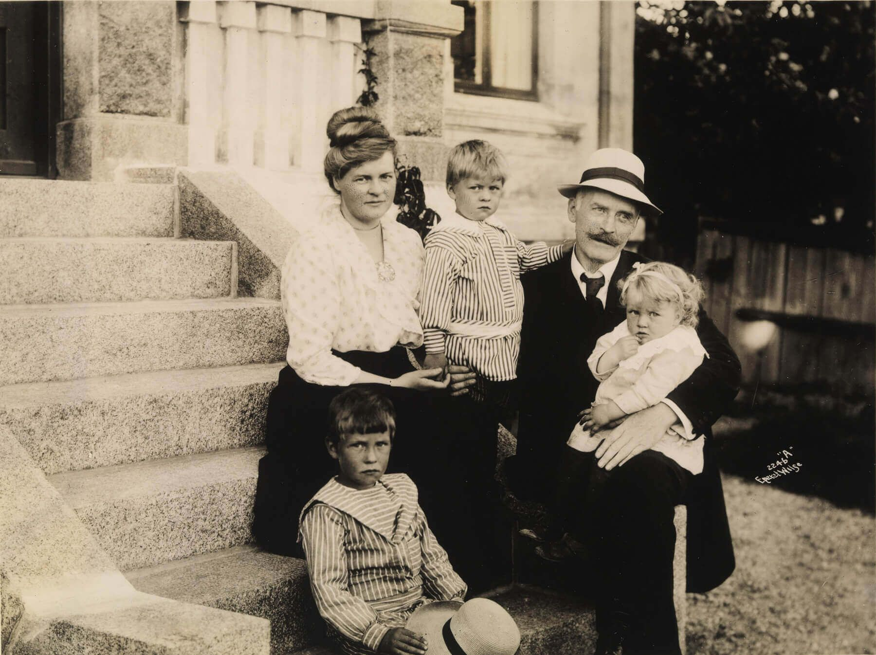 Кнут Гамсун с семьей, Ларвик, 1917 г. / Nasjonalbiblioteket, National Library of Norway