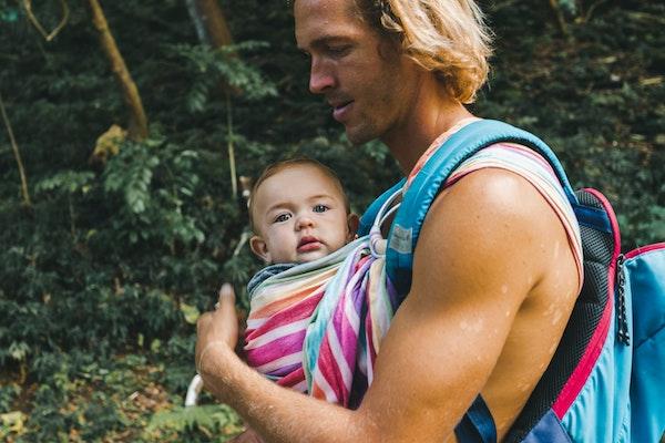hombre porteando bebe