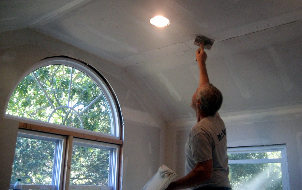 sheetrock contractor doing ceiling repairs