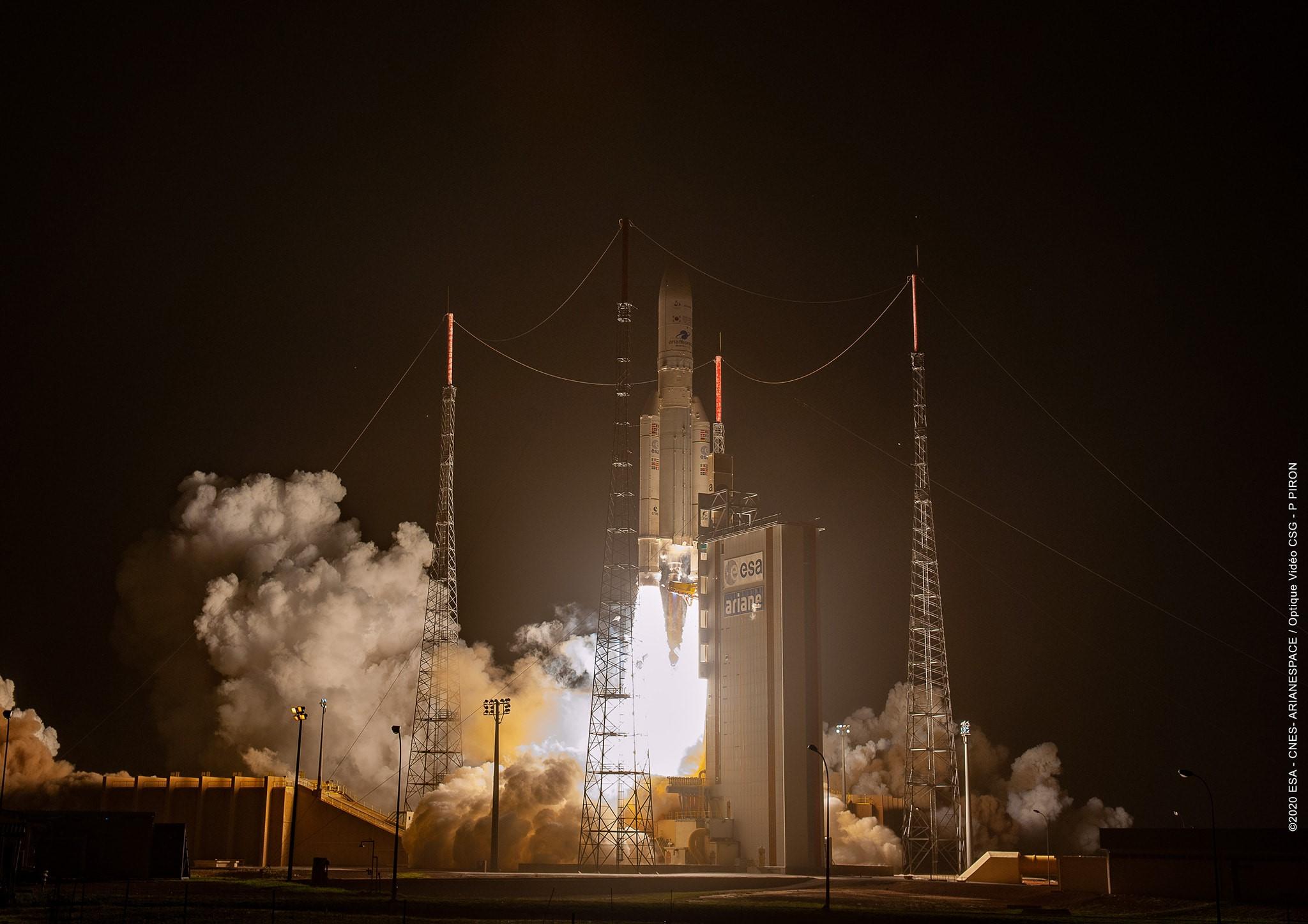 Figure 2: Lansarea rachetei Ariane 5 ECA de la Kourou, Guiana Franceză, cu sateliții de telecomunicație JCSAT-17 și Geo-Kompsat 2B (Sursa foto: Arianespace)