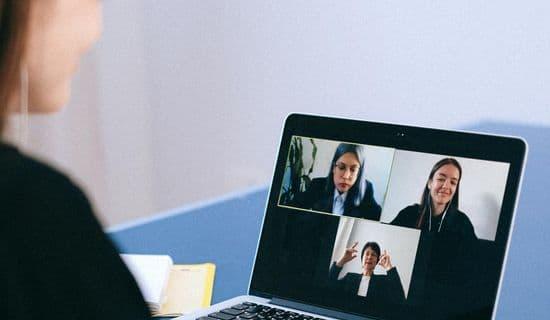 Teilnehmerin vor Laptop in MS-Teams Sitzung während einer Live-Online-Schulung