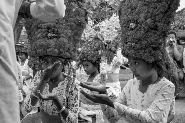 Women, flowers and dances photo by Rokma