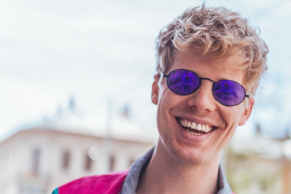Glad fyr med Ovaly solbriller på