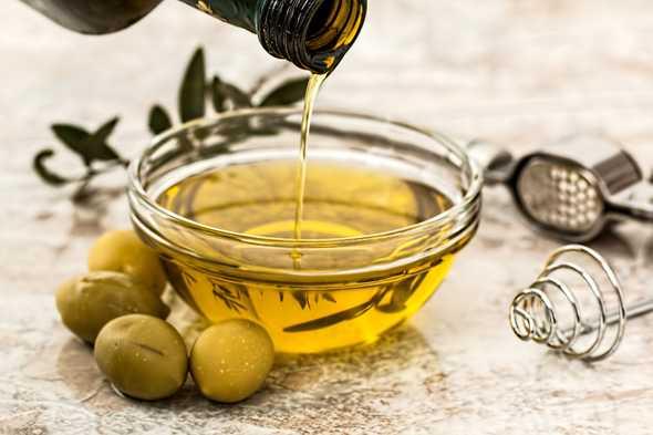 olijfolie in glazen schaaltje
