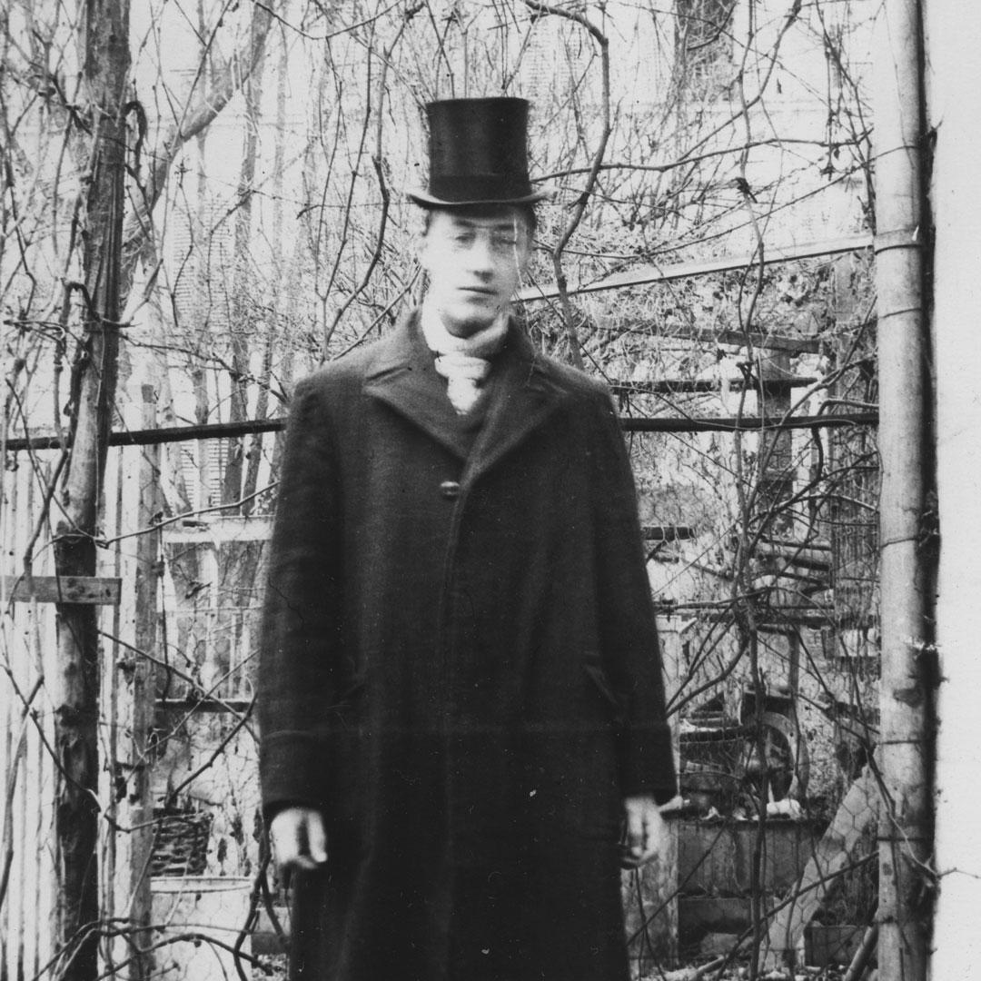 Николай Степанович Гумилев. Париж, 1906год. Скан снегатива Максимилиана     Волошина. Источник: Википедия