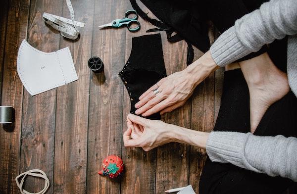 mujer confeccionando mascarillas de tela covid-19