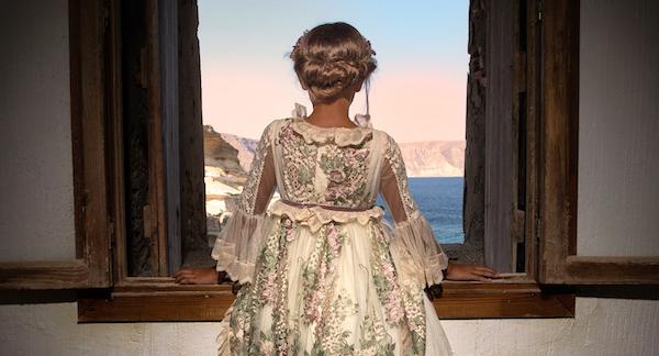 niña asomada a ventana con vestido de comunión romántico mon air