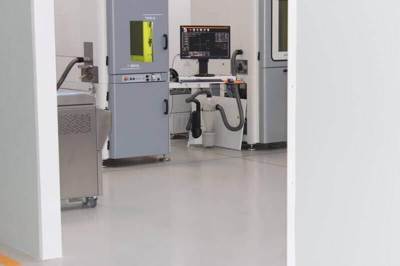 Apparecchiatura industriale poggiata su una superficie in resina epossidica lavabile e dotata di segnaletica orizzontale.