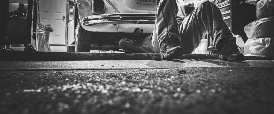Monteur bezig met auto