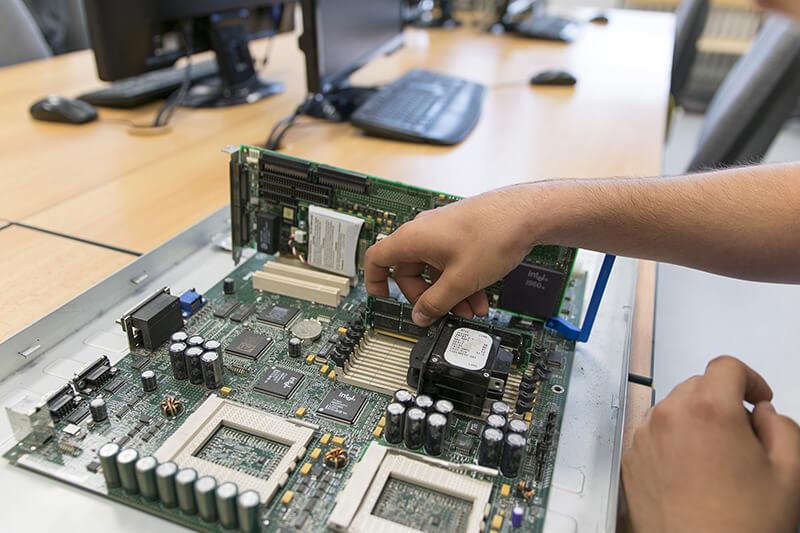 Detail zapojení operačních paměti do základní desky