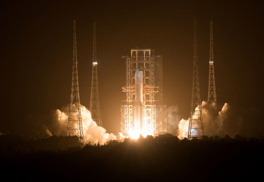 Imaginea 1: Lansarea rachetei Changzheng-5 cu sonda lunară Chang'e-5 (Sursa foto: Xinhua)
