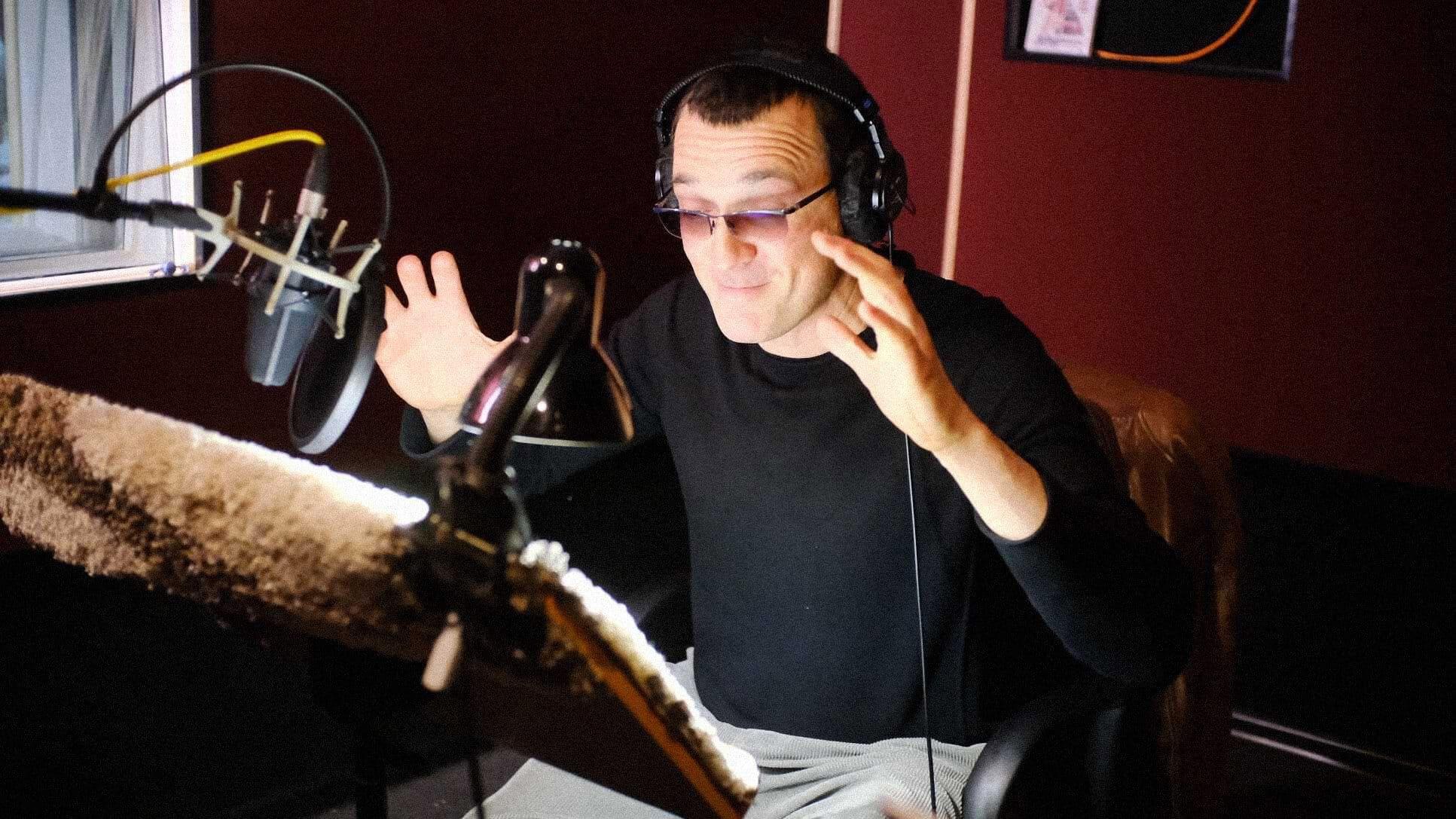 Актер Егор Бероев записывает аудиокнигу. Фото: Елена Белова