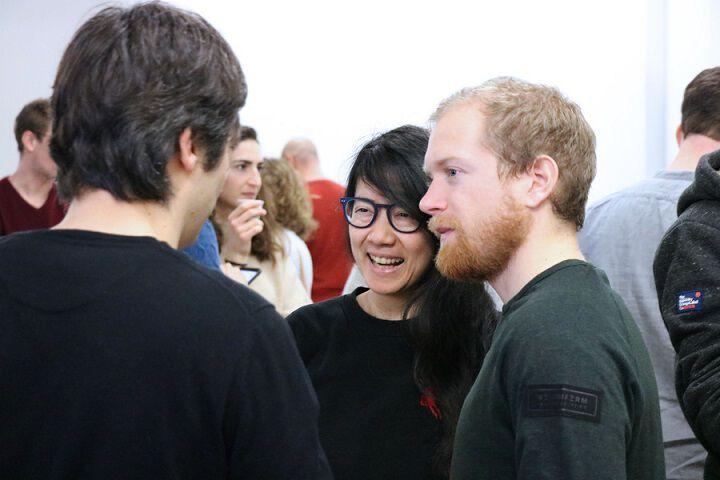 Tiphaine et Guillaume, discutent avec une personne qui est de dos