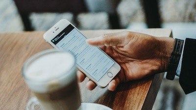 En mobil (android) som reflekterar snygga färger.