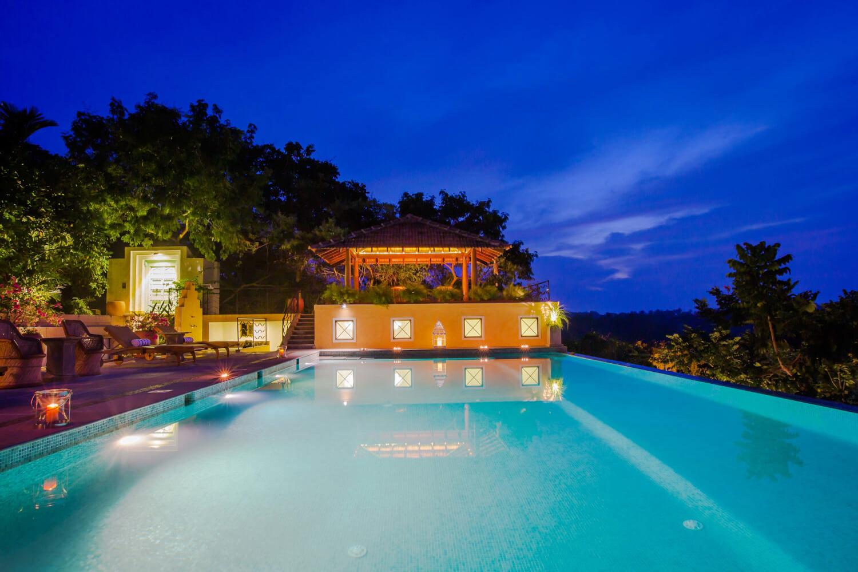 het overloopzwembad bij nacht