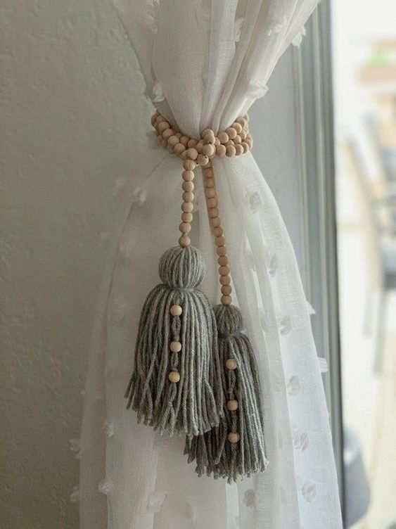 Rideau attaché grâce à une jolie attache en perle